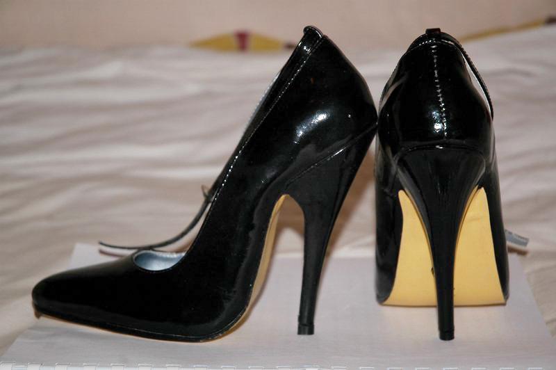 Die Schuhe mimt hohen Absätzen